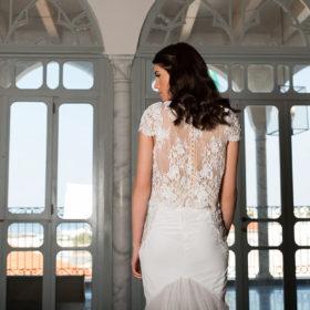 שמלת כלה עם שרוול קצר וגב מעוטר בפנינים