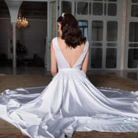 שמלת כלה עם מחשוף וי בגב