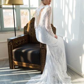 שמלת כלה תחרה לבנה מעוטרת בגב