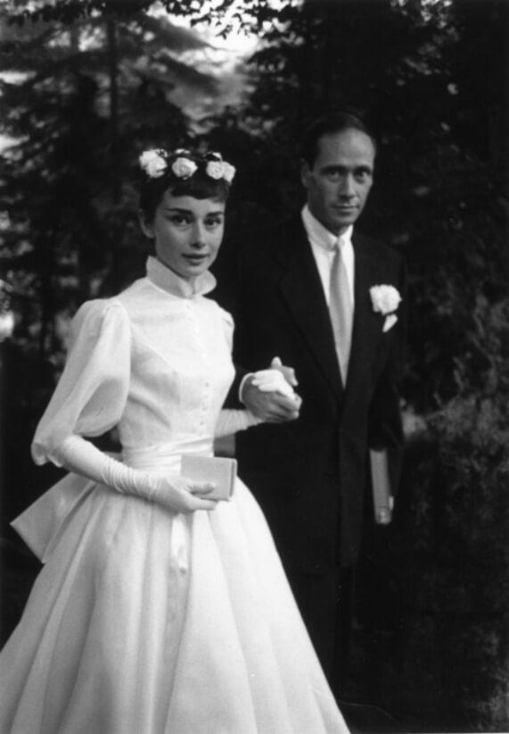 אודרי הפבורן - שמלת כלה עם צווארון גבוה