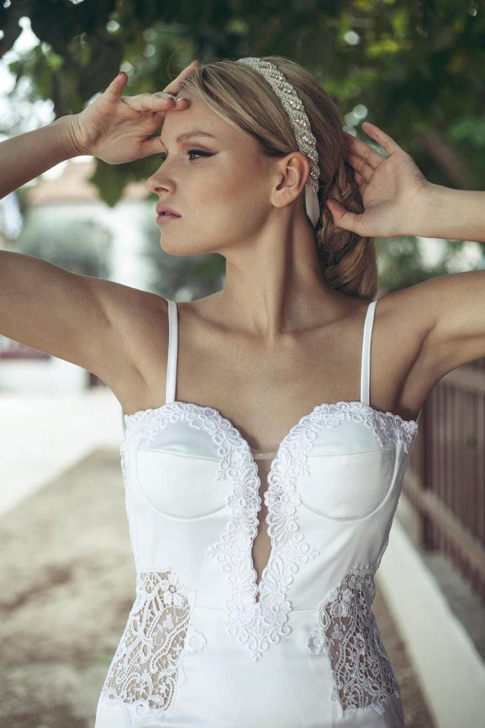 שמלת כלה לבנה עם מחשוף מקדימה - הילה כהן מעצבת שמלות כלה