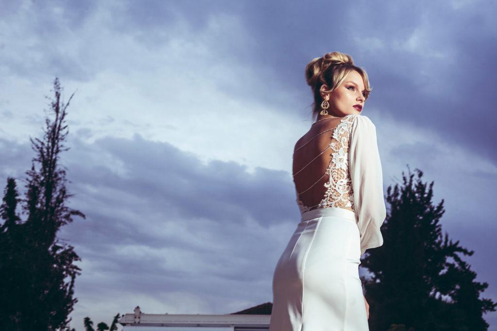 שמלת כלה לבנה עם פתח בגב ועם פנינים